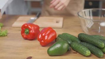 chefs préparant des légumes pour cuisiner une salade avec des légumes frais photo