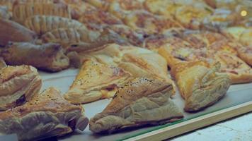 pâtisseries sucrées à vendre derrière une vitre dans un café photo