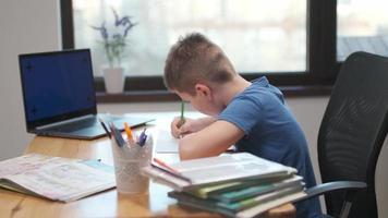 retour à l'école, apprentissage en ligne, cours à distance, enseignement à domicile, technologie pour écolier, conférence d'affaires. les enfants font leurs devoirs à la maison photo
