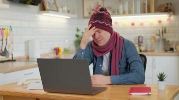 l'homme vérifie les symptômes possibles avec un médecin professionnel, en utilisant le chat vidéo en ligne. homme malade à la maison utilisant un ordinateur portable pour parler à son médecin via une application médicale de vidéoconférence. photo