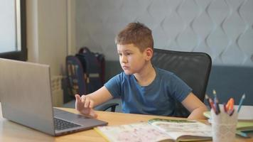 retour à l'école, apprentissage en ligne, cours à distance, enseignement à domicile, technologie pour écolier, conférence d'affaires. les enfants font leurs devoirs photo