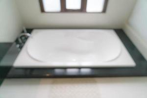 belle décoration de baignoire moderne blanche de luxe dans la salle de bain photo