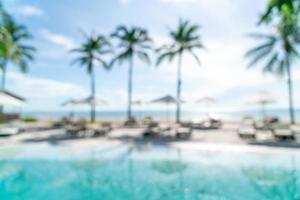 piscine de lit flou abstrait autour de la piscine dans un hôtel de luxe pour le fond - concept de vacances et de vacances photo
