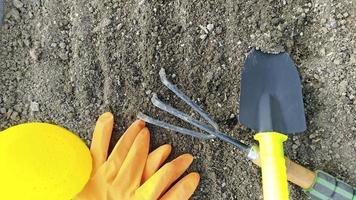 gros plan d'outils de jardin se trouve sur le sol excavé. photo