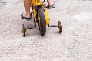 enfants avec des chaussons vélo vélo avec roues d'entraînement photo