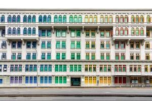 volets colorés de l'ancien bâtiment photo