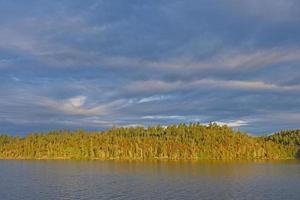 soleil du matin perçant les nuages photo