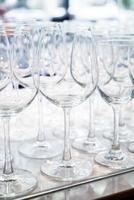 beaucoup de verres vides dans une ligne photo