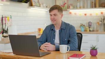 jeune homme communiquant par conférence téléphonique vidéo parlant en regardant un ordinateur portable au bureau à domicile, cours de langue à distance par chat vidéo avec un enseignant en ligne photo