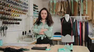 designer professionnelle de mode féminine debout au bureau dans un studio de bureau confortable. tailleur de femme caucasienne. notion de portrait. haute couture photo
