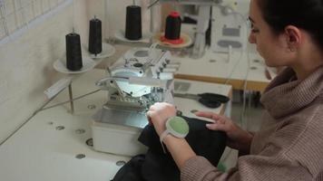 travaux de couturière sur la machine à coudre. le tailleur est assis à table et griffonne sur la machine à coudre. photo