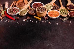 un ensemble d'épices et d'herbes. cuisine indienne photo