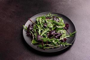 aliments sains, mélange de salades avec roquette, épinards, sang de taureau photo