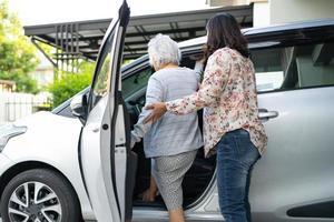 aider et soutenir la patiente asiatique âgée se préparer à se rendre à sa voiture. photo