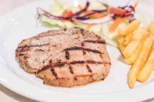 steak de porc oriental sur plaque blanche photo