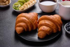 délicieux petit déjeuner avec des croissants frais et des baies mûres photo