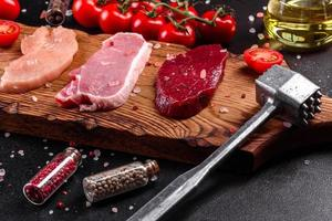 steak juteux frais de boeuf, porc et poulet photo