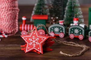 éléments de décoration de noël pour décorer l'arbre du nouvel an photo