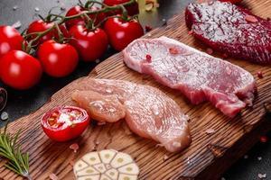 steak juteux frais de boeuf, porc et poulet avec légumes photo