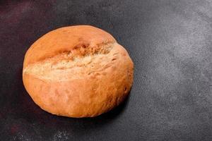 pain blanc frais sur un fond de béton brun photo