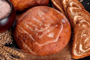 pain brun frais avec armoiries de l'ukraine photo