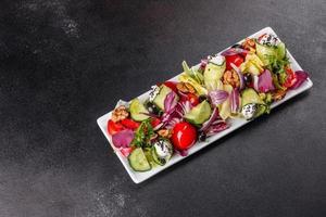 salade saine aux tomates cerises, olives bio photo