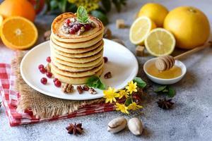 délicieuses belles crêpes fraîches au miel d'agrumes et à la confiture photo