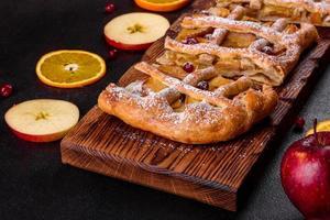 délicieuse tarte fraîche cuite au four avec des pommes, des poires et des baies photo