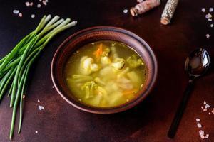 soupe végétalienne fraîche avec brocoli, chou-fleur, asperges et carottes photo