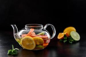 thé aux fruits chaud avec citron, menthe, orange, citron vert et pamplemousse photo