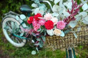 beau vélo avec des fleurs dans un panier se dresse sur une avenue photo
