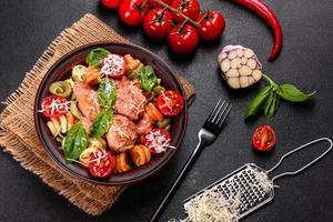 délicieuses pâtes fraîches aux boulettes de viande, sauce, tomates cerises et basilic photo