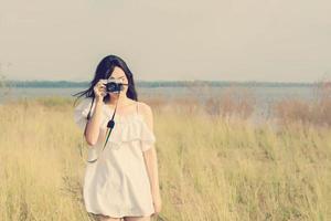 vintage de femmes photographie debout main tenant un appareil photo rétro.