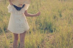 belle jeune femme appréciant la nature fabuleuse, style doux de rêve photo