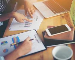 équipe commerciale réunion analyse graphique financier ensemble au café. photo