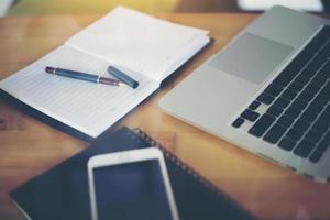 lieu de travail professionnel avec ordinateur portable sur la table en bois. photo