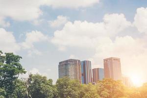 vue sur la ville moderne depuis le parc jatujak en thaïlande. photo