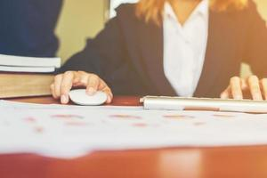 mains de femme femme tapant et travaillant au bureau. photo