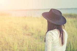 femme triste, porter, chapeau noir, debout, dans, a, pré photo