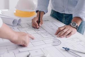 ingénieur de chantier de deux hommes d'affaires. outils d'ingénierie. photo