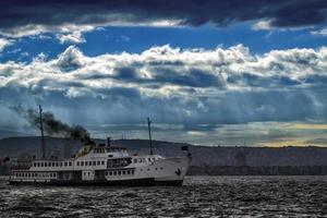 ferry et le paysage urbain à izmir turquie photo