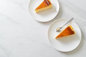 Gâteau au fromage fait maison sur plaque blanche photo