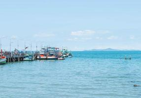 port de bateau de pêche avec fond de mer photo