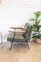 décoration de chaise en bois vide dans le salon photo