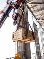 la grue transportant une boîte de support radioactif au sol de l'usine photo