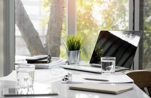 table de bureau avec outils de travail, verre de bureau et papier de travail photo
