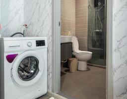 petite salle de bain blanche dans l'appartement photo