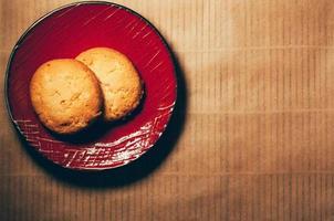 biscuits sur une soucoupe rouge photo