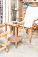 patio extérieur avec chaise et table vides photo