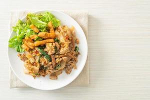nouilles sautées au poulet émincé et basilic photo